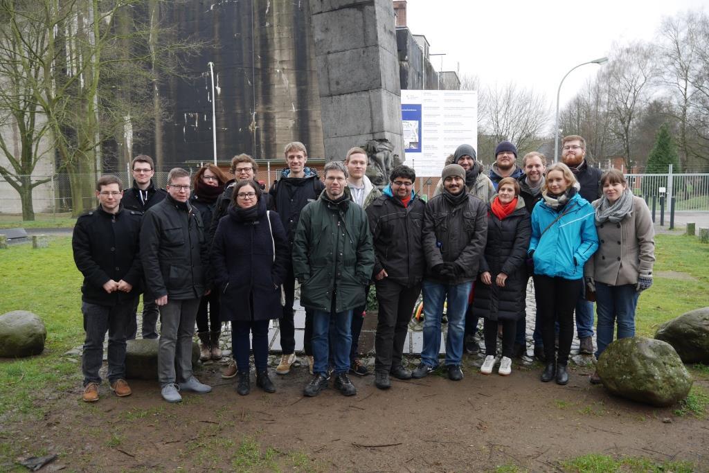 Gruppenfoto am Denkort Bunker Valentin
