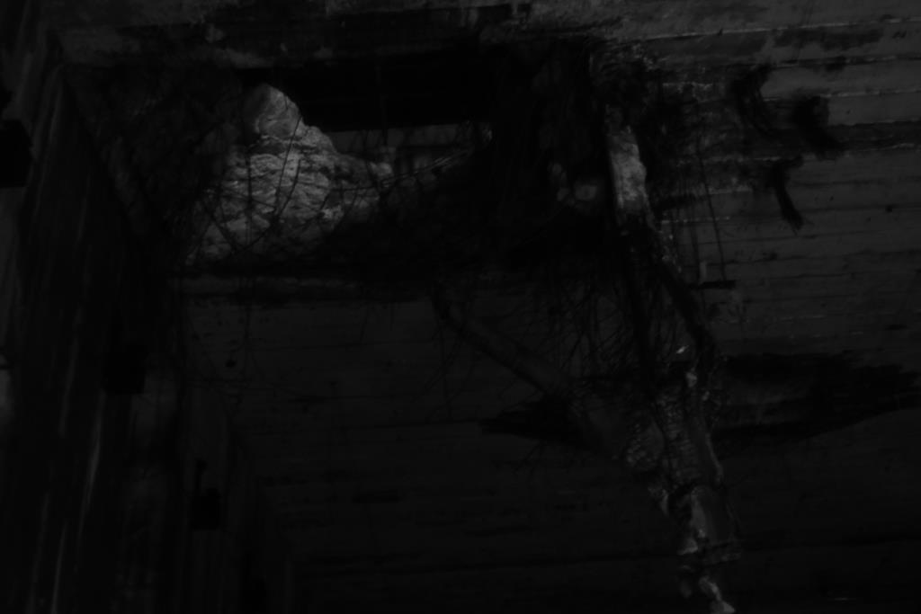 Bombenloch in der Bunkerdecke