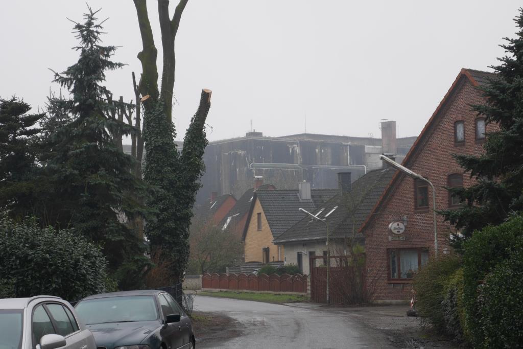 Blick von einer Wohnstraße auf den monströsen Bunker