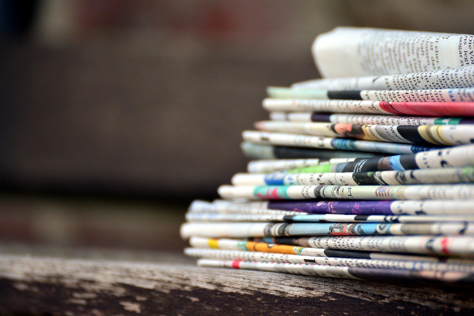 Symbolbild Pressemitteilungen: Ein Stapel Zeitungen